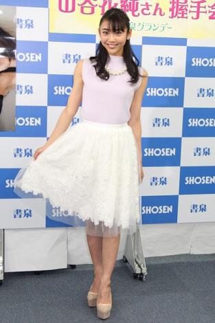 山谷花純さんのカクテルドレス姿
