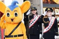ミスユニバースジャパンプレリミナリー2020東京の飯田桃子(中央)。神田警察署の一日警察署長として笠井信輔(右)とともに交通安全キャンペーンに参加した。